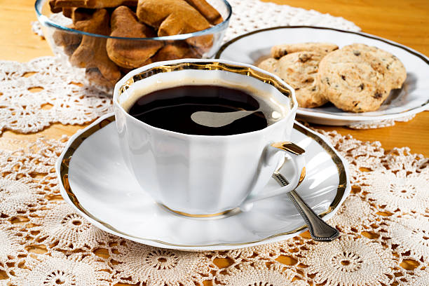 tasse kaffee, spitze zierdeckchen, hölzernen tisch, rustikalen stil - spitzenkekse stock-fotos und bilder