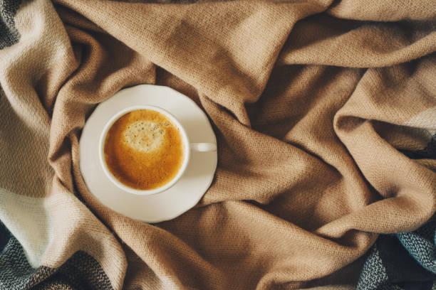 Tasse Kaffee auf einer weichen Decke – Foto