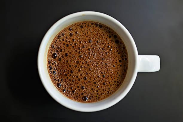 eine tasse kaffee auf dunklem hintergrund - schwarzer kaffee net stock-fotos und bilder