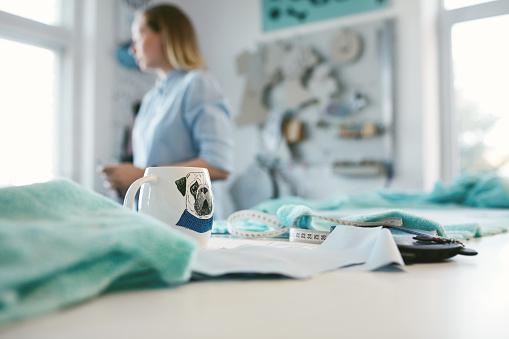 Kahve Atelier Terzinin Tablo Stok Fotoğraflar & Dikiş dikmek'nin Daha Fazla Resimleri