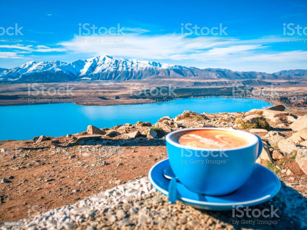 A cup of coffee on the background of snowy mountains - Zbiór zdjęć royalty-free (Brązowy)