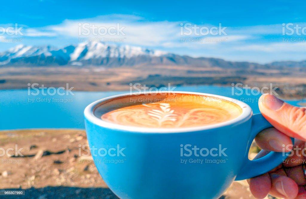 Une tasse de café sur fond de montagnes enneigées - Photo de Aliment libre de droits
