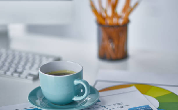A cup of coffee on the office table – zdjęcie