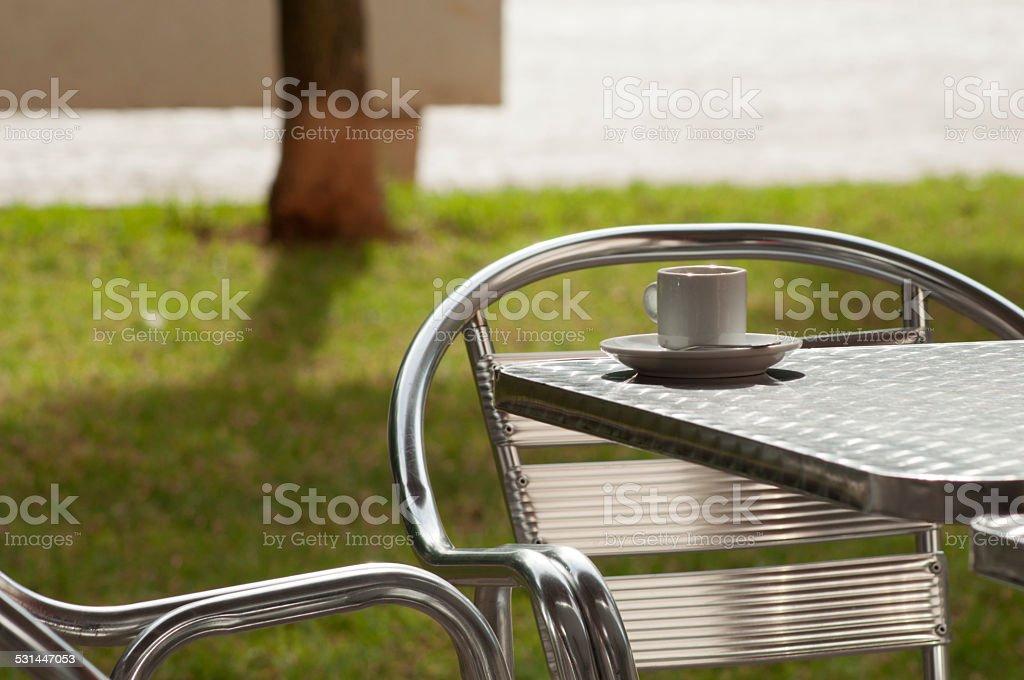 Taza De Café Sobre La Mesa En La Terraza De Aluminio Foto De