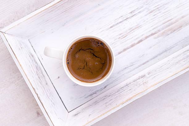 tasse kaffee auf weißem holz salver - tablett holz stock-fotos und bilder