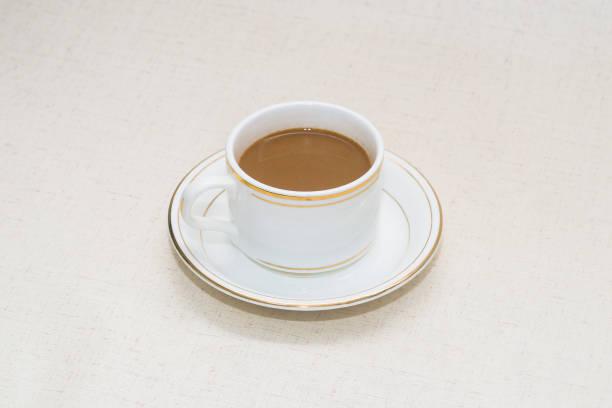 테이블에 커피 또는 우유 차 한 잔 - 커피 마실 것 뉴스 사진 이미지