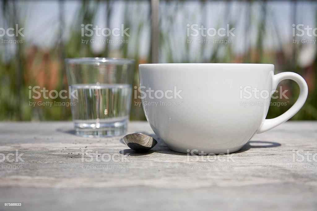Tasse de café ou de thé et eau glas en arrière-plan photo libre de droits