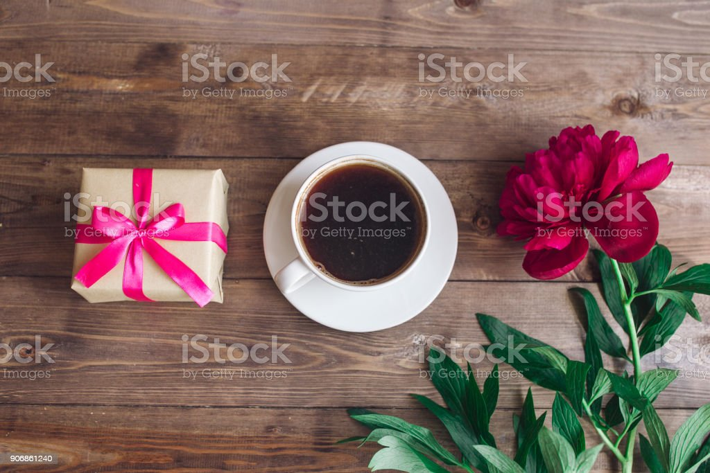 Eine Tasse Kaffee Rosa Pfingstrosenmuster Und Geschenkbox