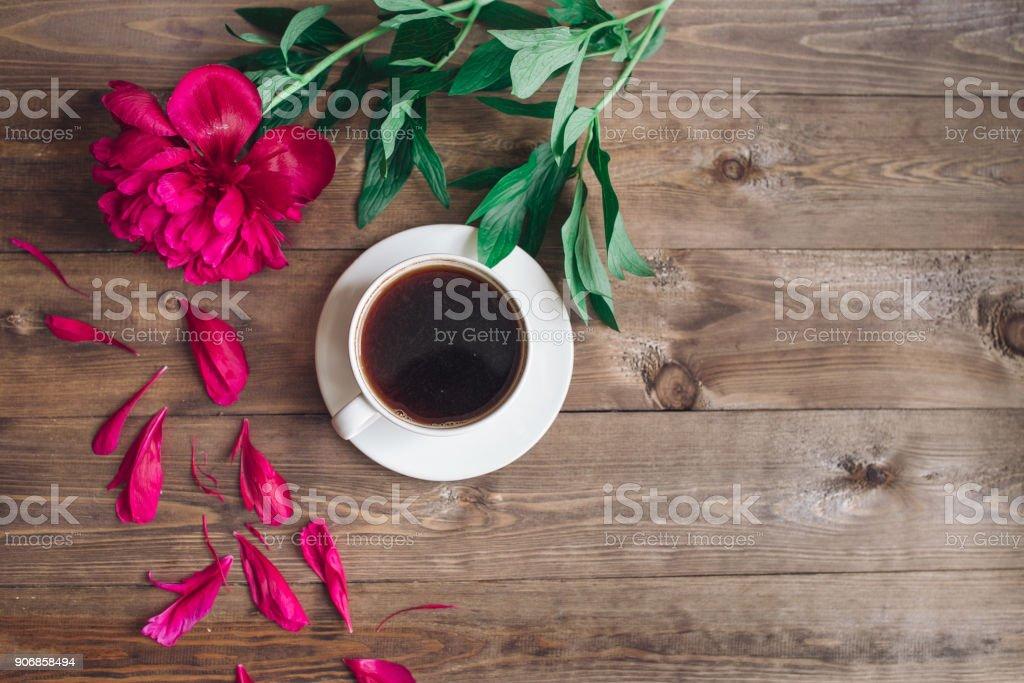 Eine Tasse Kaffee Rote Pfingstrosen Muster Auf Hölzernen