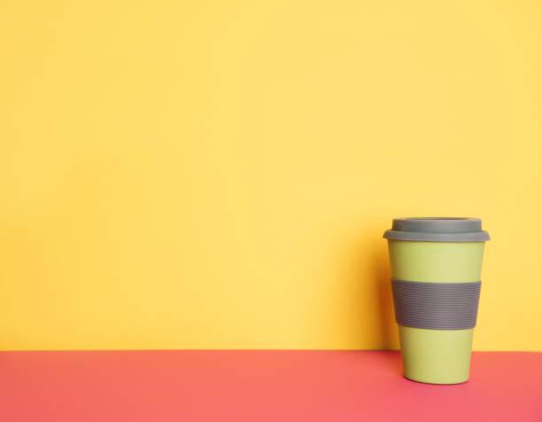 tasse de café pour aller avec le macaron sur fond jaune et rose avec la place pour votre texte. - tasse flat photos et images de collection