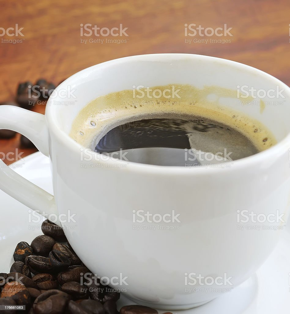 Taza de café con granos foto de stock libre de derechos