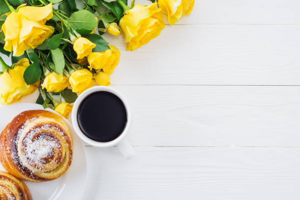 tasse kaffee mit gelben rosen-bouquet - rosen tee stock-fotos und bilder