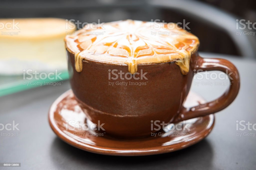 Cup of coffee with caramel on top foto stock royalty-free