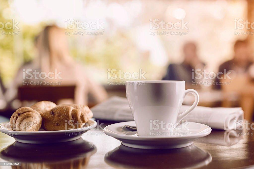 Tazza di caffè e un croissant - foto stock