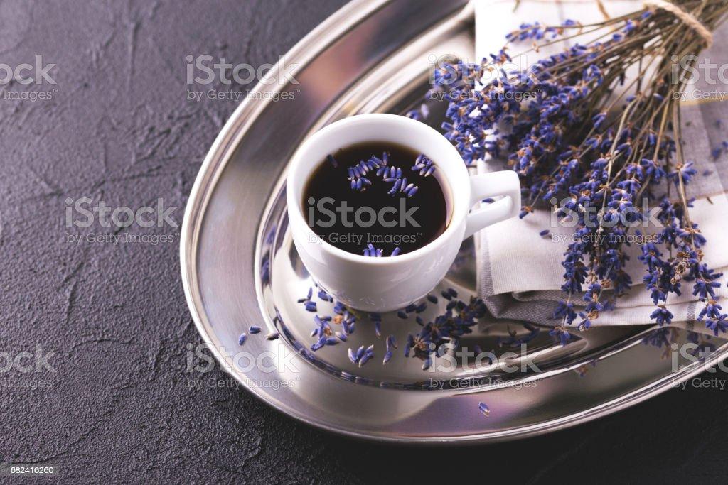 Tasse de café avec des fleurs de lavande sur table photo libre de droits
