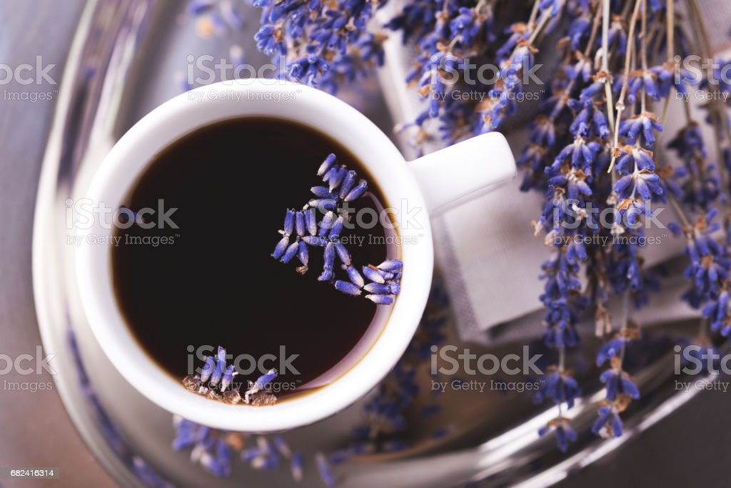 Tasse Kaffee mit Lavendelblüten auf Tisch Lizenzfreies stock-foto