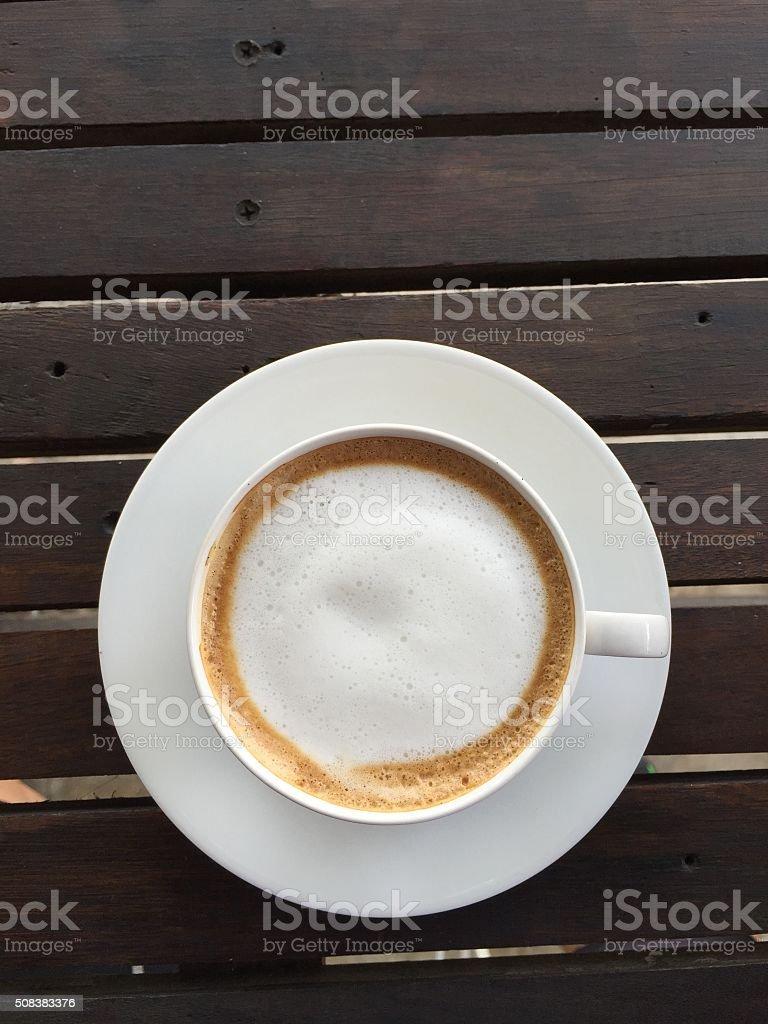 Tasse Kaffee mit Milch auf Holz Tisch – Foto