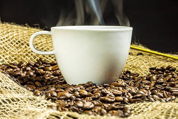 tasse kaffee mit rauch - schwarzer kaffee net stock-fotos und bilder