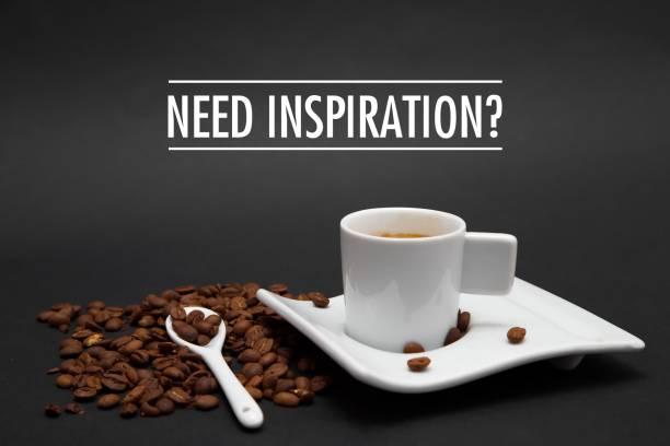 tasse kaffee mit text brauchen inspiration - glückliche montagszitate stock-fotos und bilder