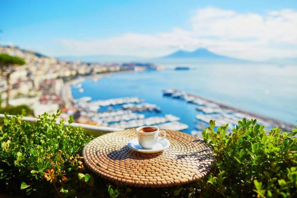 tasse kaffee mit blick auf vesuv mount in neapel - französische land tisch stock-fotos und bilder