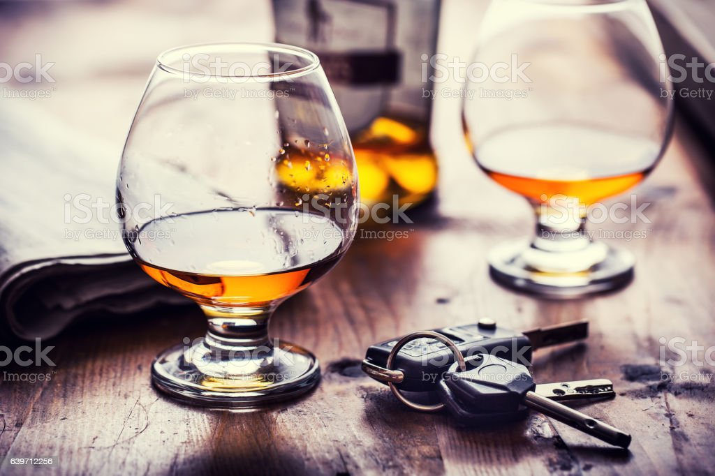 Cup of cognac whiskey or brandy and the keys car. - foto de acervo