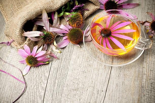 tasse tee auf holztisch sonnenhut-pflanzengattung - teeladen stock-fotos und bilder