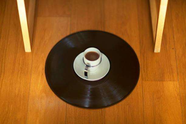 tasse espresso auf schallplatte - mokkatassen stock-fotos und bilder