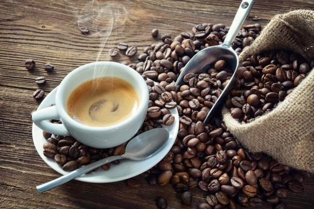 kopp espresso med kaffebönor - kaffe bildbanksfoton och bilder