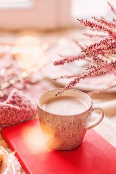 Tasse heiße Schokolade auf der Fensterbank. Gemütlichkeit und Komfort-Konzept – Foto