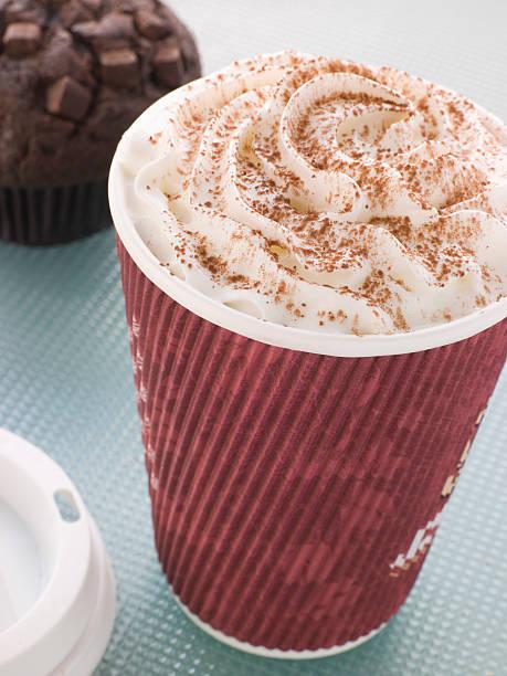 tasse heiße schokolade mit einem muffin - heiße schokoladen cupcakes stock-fotos und bilder