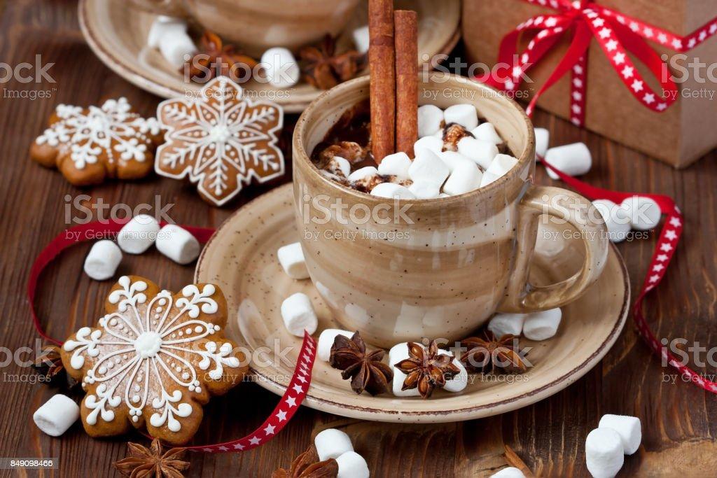 Xícara de chocolate quente com marshmallows e biscoitos de gengibre - foto de acervo