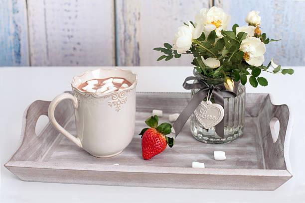 tasse heiße schokolade mit marshmallows und rosen - tablett holz stock-fotos und bilder