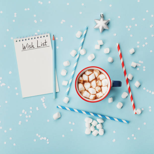 tasse heißen kakao oder schokolade, stilvolle tanne und wunschliste auf türkis konfetti hintergrund ansicht von oben. weihnachten oder silvester-konzept. - weihnachts wunschliste stock-fotos und bilder