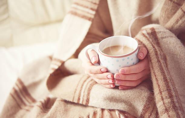xícara de café quente nas mãos de menina - chá bebida quente - fotografias e filmes do acervo