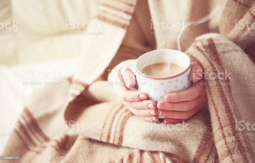 Tasse de café chaud dans les mains de la jeune fille - Photo