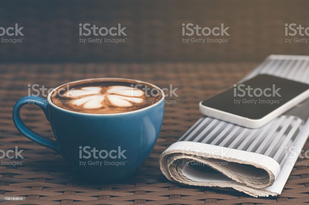 Taza de café caliente latte y actualización de noticias de la mañana - foto de stock