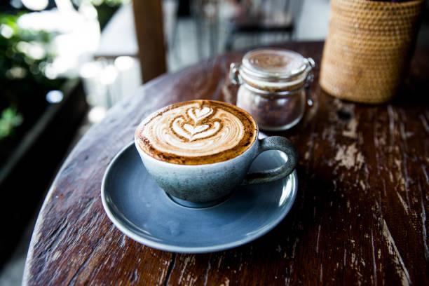 tasse latte kaffee auf holztisch - steingut geschirr stock-fotos und bilder