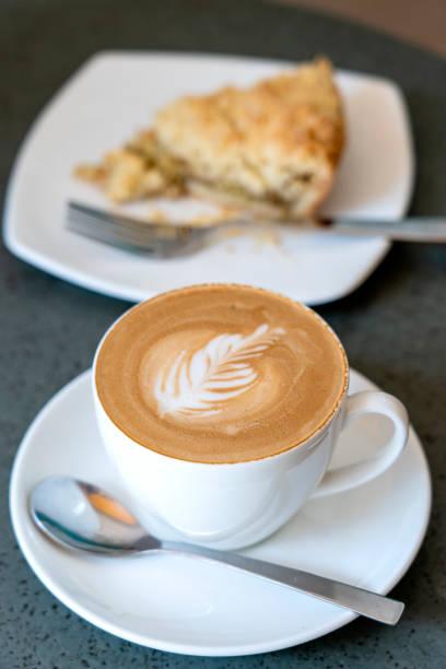 tasse latte kaffee mit kuchen, nahaufnahme - schokolade gebratene kuchen stock-fotos und bilder