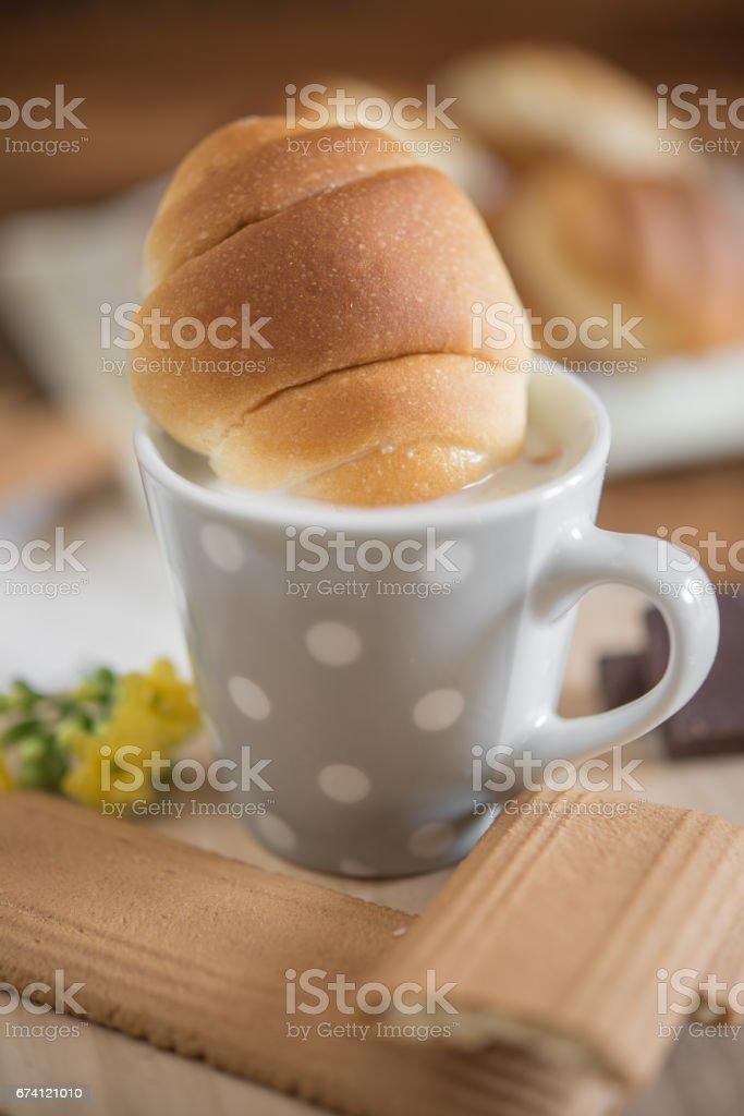 杯牛奶幹小麵包奶油蛋捲 免版稅 stock photo