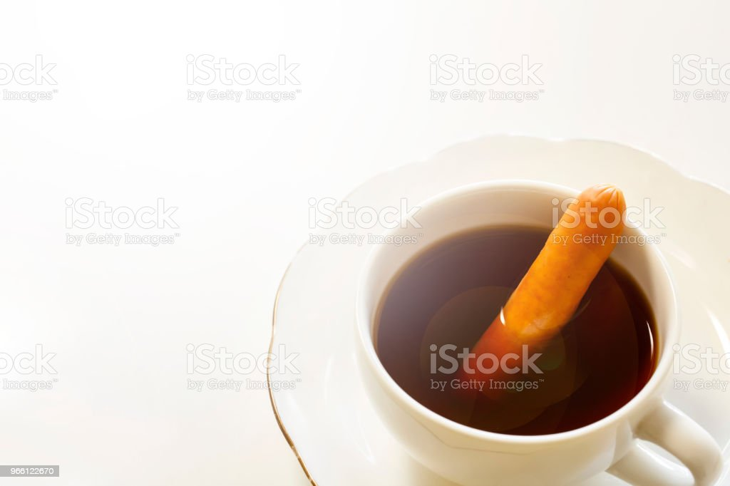 Een kopje lekkere koffie met een worst, geïsoleerd op wit. Het heet Vienna koffie in Japans. - Royalty-free Afvallen Stockfoto