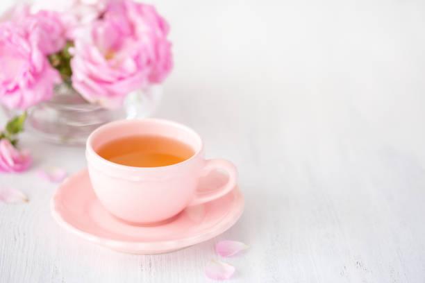 tasse tee und strauß l rosa rosen auf rustikalen tisch. - rosen tee stock-fotos und bilder
