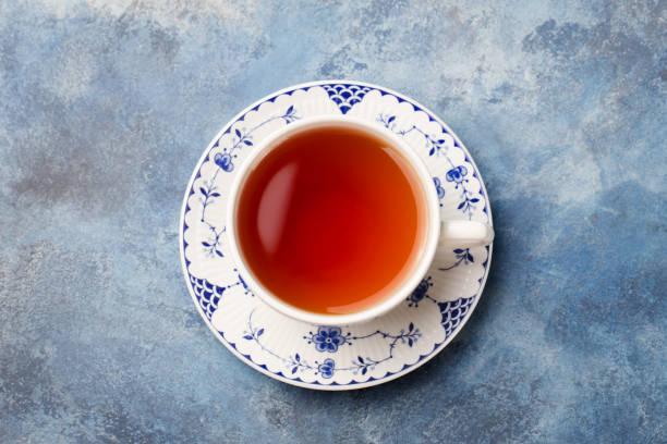 kopje thee op een blauwe steen achtergrond. kopieer ruimte. bovenaanzicht. - theekop stockfoto's en -beelden