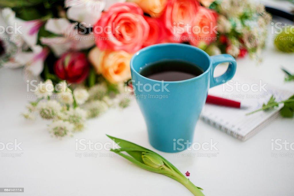 Kopje thee op tafel, ontspannen. Workshop bloemist, tabel met bloemen, stillevens. Soft Focus Sea... royalty free stockfoto