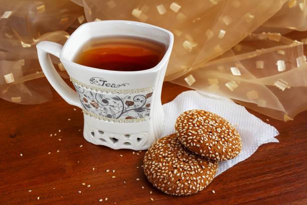 桌上一杯茶和美味的糖果 - 咖啡 飲品 個照片及圖片檔