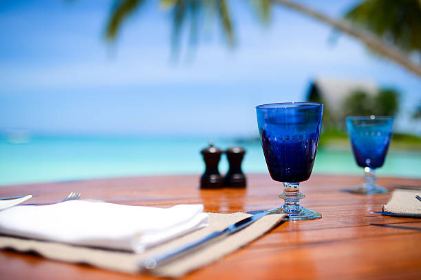 kaffeetasse auf den seaside tisch - picknick tisch kühler stock-fotos und bilder