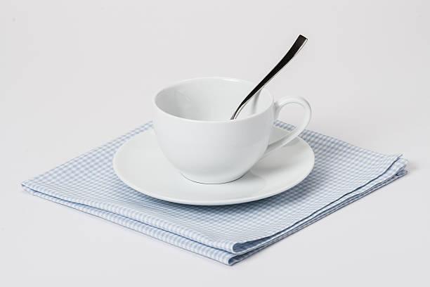 тарелки и чашки, ложечки хлопка в клетку гингем с отворотом napkin. белый - rbg стоковые фото и изображения