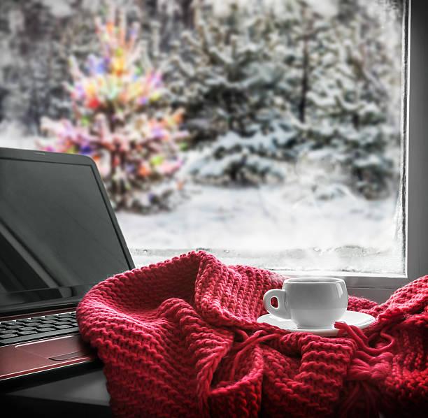 Tasse mit Heißgetränk auf der windowsill – Foto
