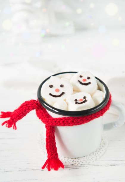 tasse mit heißer schokolade und marshmallow schneemann steht auf einem weißen hintergrund, weihnachts-drink - weihnachtsessen ideen stock-fotos und bilder