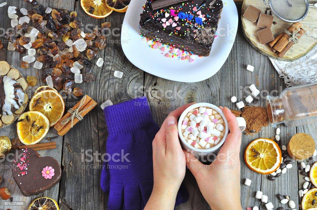 熱巧克力在女性手中的杯子 免版稅 stock photo