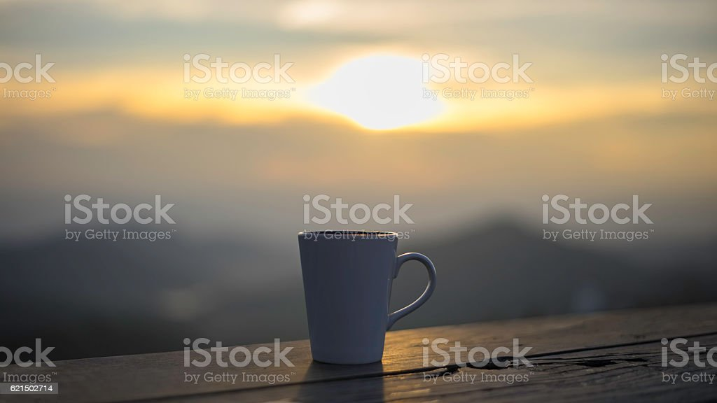 Tass'à thé sur la table au-dessus de paysage de montagnes photo libre de droits